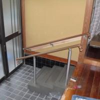 玄関に階段3段と両側に手すりを取り付けました。
